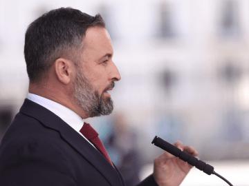 El presidente de Vox, Santiago Abascal, en rueda de prensa, mientras se debate en una sesión plenaria en el Congreso de los Diputados, a 21 de julio de 2021, en Madrid (España).