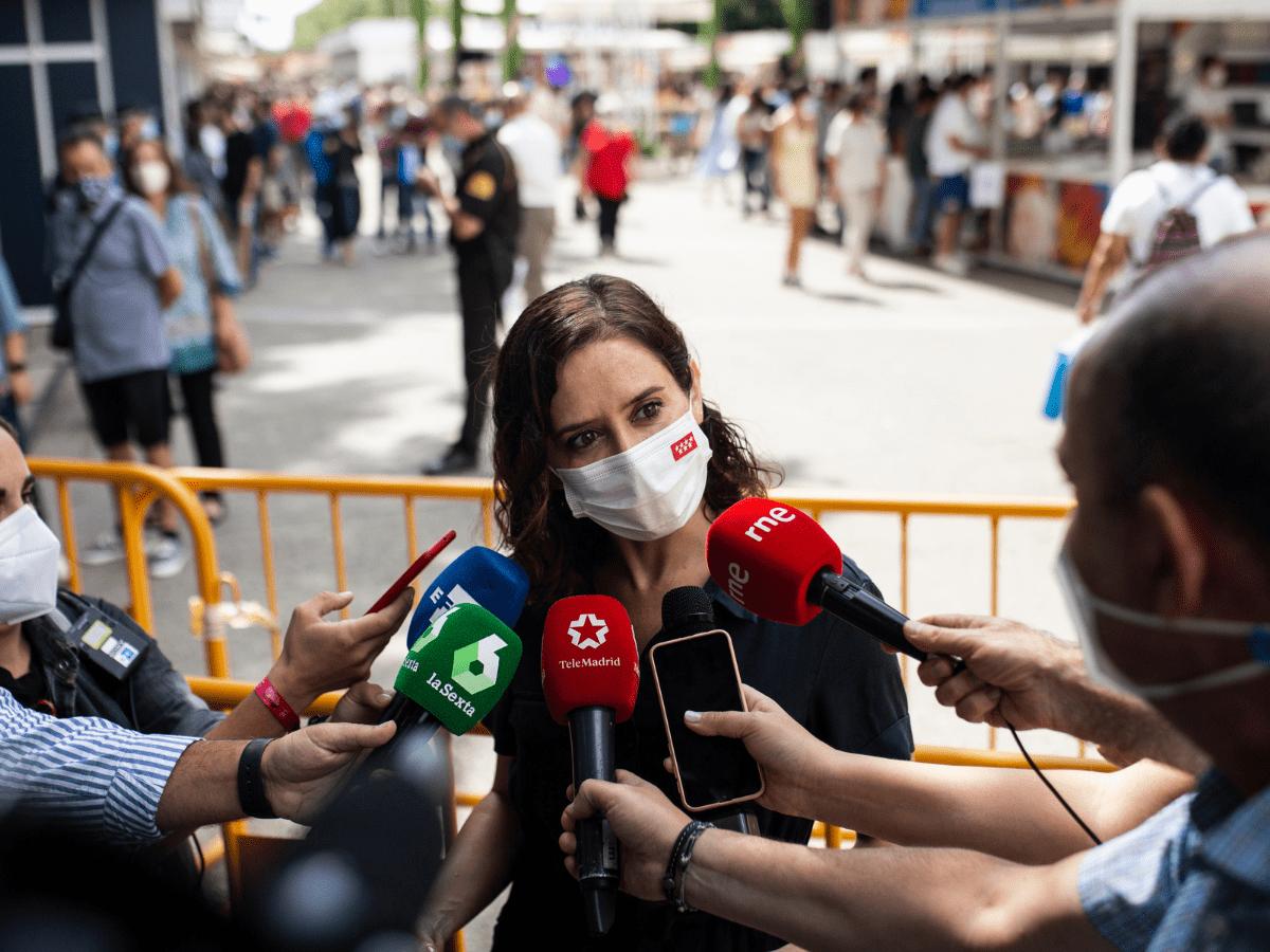 La presidenta de la Comunidad de Madrid, Isabel Díaz Ayuso, atiende a los medios de comunicación durante una visita a la Feria del Libro de Madrid, en el Parque del Retiro, a 11 de septiembre de 2021, en Madrid (España)