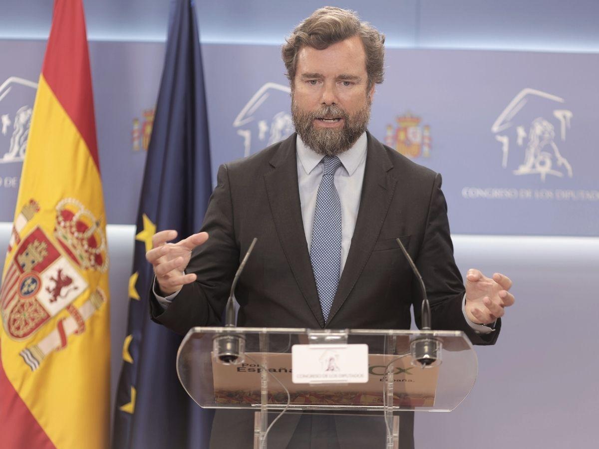 El portavoz parlamentario de Vox, Iván Espinosa de los Monteros, interviene en una rueda de prensa posterior a una Junta de Portavoces en el Congreso de los Diputados, a 14 de septiembre, en Madrid (España).