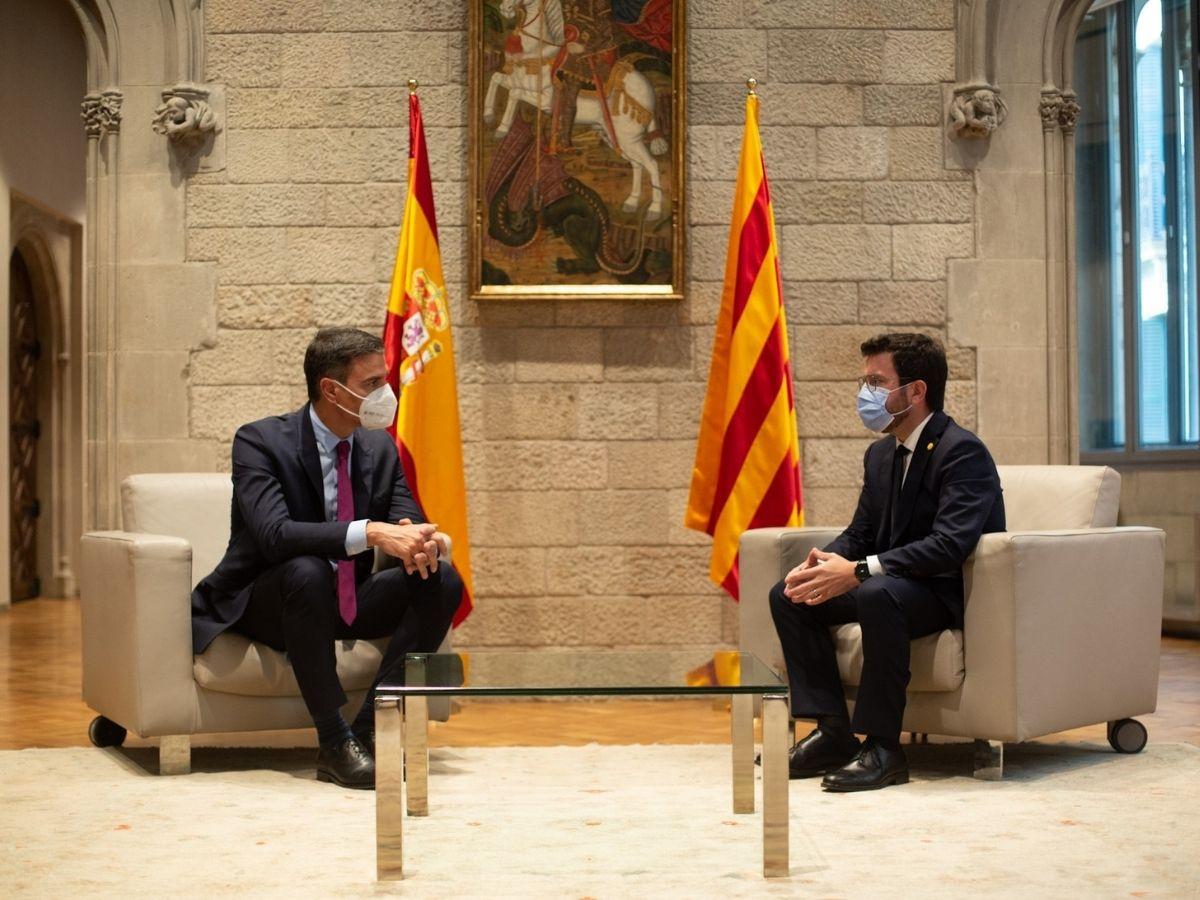 El presidente del Gobierno, Pedro Sánchez, reunido con el presidente de la Generalitat, Pere Aragonès, en el Palau de la Generalitat
