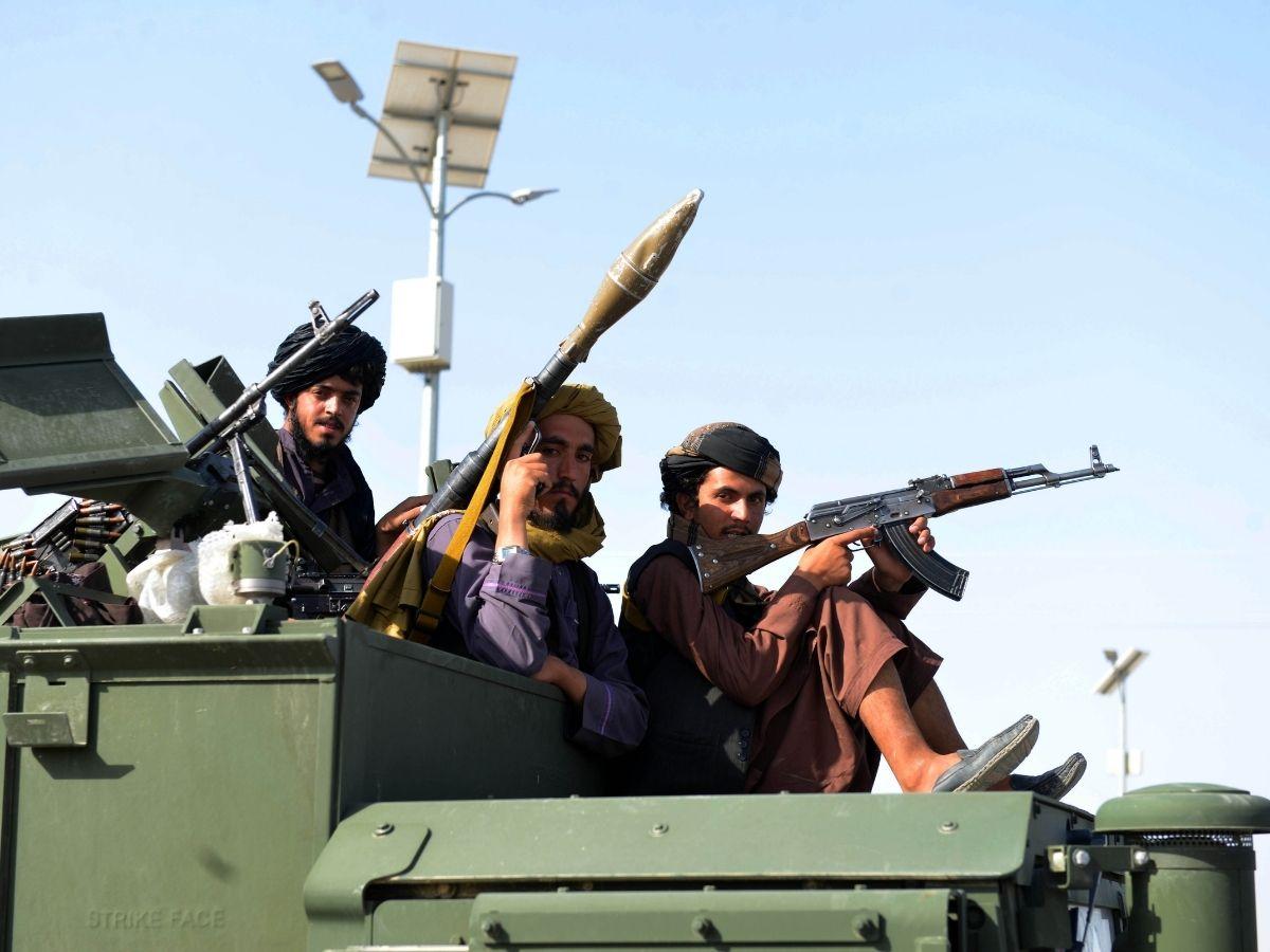 Los miembros del Talibán son vistos en un vehículo militar en la calle de la ciudad de Kandahar, en el sur de Afganistán, el 1 de septiembre de 2021.